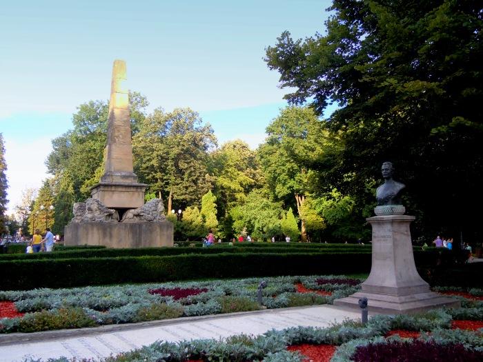 """Despre IAȘUL  nostru, și despre istoria noastră memorabilă, adică de învățat pe de rost – articol semnalat de prietenii blogului nostru, cărora le mulțumim – cu o mică rectificare ActaDiurna: Iașul poate că este """"al doilea centru universitar al țării"""" pe criterii numerice sau administrative (capitala politico-ideologică fiind Bucureștiul) – el este însă PRIMUL centru UNIVERSITAR al țării pe adevăratele criterii a ceea ce înseamnă ȘCOALĂ SUPERIOARĂ (adică UNIVERSITATE) în România. Iașul a fost, este și va rămîne în veci Capitala Culturală și Universitară aRomâniei."""