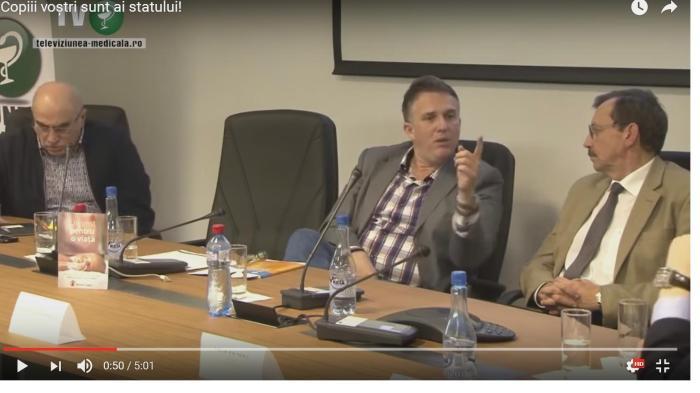 """DE INVESTIGAT legătura strînsă dintre declarația rînjindă a unui tovarăș pe nume lect. univ. dr. Mihai Gafencu [FOTO, cel cu un deget în sus]: """"Poate un pic comunist sună [doar """"un pic""""?!], dar copiii nu sînt ai părinților, ci ai societății…""""   –  și… substituirea, prin înșelăciune, de către stat, a certificatului născutului viu cu hîrtia CNP – zisă """"certificat de naștere"""" – care îl transformă pe român în PROPRIETATEA STATULUI. Dar cine mări că este numitul lect. univ. dr. GAFENCU? El e însuși vicele asociației….""""Salvați Copiii""""! Salvați-i de proprii părinți și dați-i pe mîna """"statului proprietar"""" care să-i extermine prin VACCINURI atunci cînd nu girează cu ei pentru împrumuturi la FMI! Avem în această peliculă DOVADA că sîntem transformați, prin STATUL CRIMINAL CNP, din oameni, în vite de manevră! – urmăriți pelicula veche de 2 (doi) ani, re-postată săptămîna trecută pe you tube (cu legendă explicativă pe care o reproducem)  de utilizatorul Only For OrthodoxTruth."""