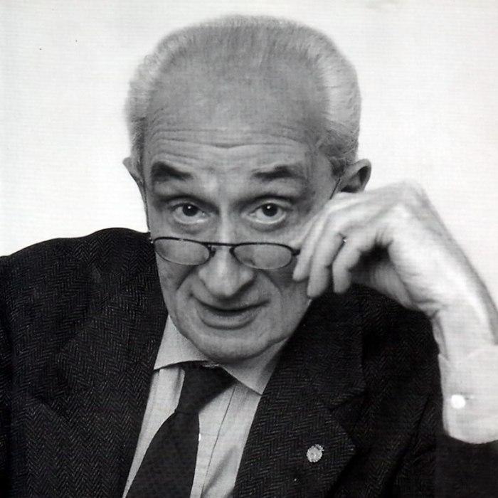 """Politologul italian Giovanni Sartori a murit pe 4 aprilie [2017], la vârsta de 93 de ani. Cu două luni înainte, el acorda pentru Il Giornale un interviu numit de unele canale locale românești de presă """"senzațional"""" (că cele """"centrale"""" nici măcar nu-l pomenesc). ActaDiurna nu-l consideră """"senzațional"""", ci doar plin de bun-simț. Ceea ce ar putea părea """"senzațional"""" e emiterea acestor opinii de bun simț de către o persoană de stînga. Foarte probabil însă, de la înălțimea vîrstei de 93 de ani îți poți permite să nu mai fii nici de """"stînga"""", nici de """"dreapta"""", ci doar de bunsimț."""