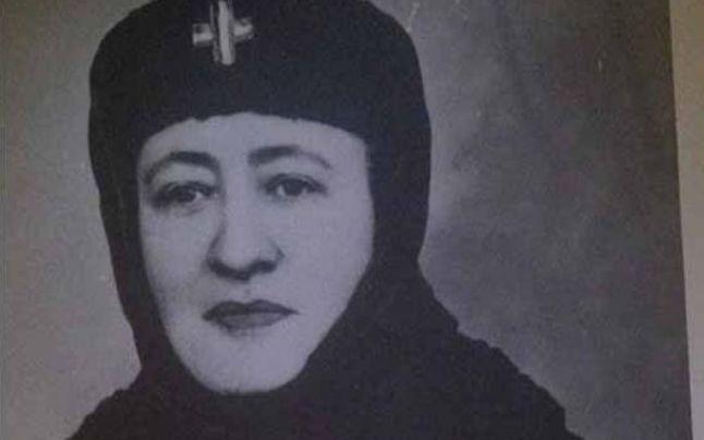Chipuri românești eroice: Monahia Mina Hociotă (19 august 1896 – 9 iulie 1977), care a salvat, în calitate de soră de caritate distinsă cu titlu militar, multe vieți de soldați români luptători în ambele Războaie Mondiale, de multe ori chiar de pe liniafrontului.