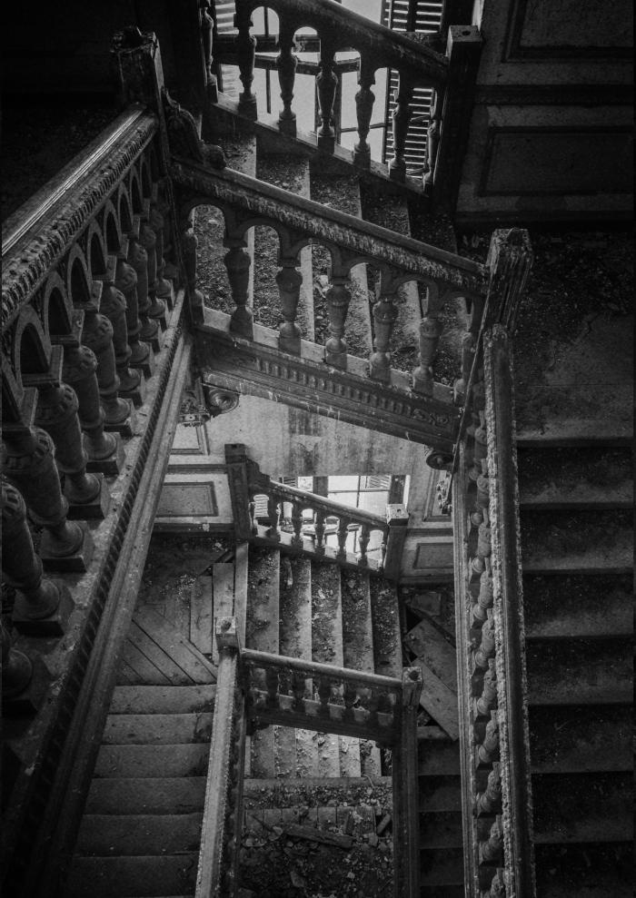 Ruinurile Olteniei, sau ale unui stil de viață românesc din trecut, documentat în fotografii pline de un tragism mut: Grafician din Craiova, pasionat de clădiri vechi, a luat la pas Oltenia pentru a le fotografia — IdentitateaRomânească
