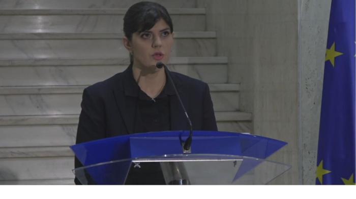 """""""Asistăm la FESTIVALUL DISPERAT AL INCULPAȚILOR care vizează îngenuncherea statului român, umilirea societății și cetățenilor români. Sîntem atacați pt că ne-am făcut treaba, pentru că am dovedit fapte de corupție [la nivelul cel mai înalt]. Justiția este sub asalt de peste un an de zile. Cei care atacă sînt inculpați condamnați și trimiși în judecată, care dispun de bani, de mijloace și de resurse, și care vor să decredibilizeze actul de justiție, să ducă în derizoriu [în ochii opiniei publice] faptele de corupție – pentru că în ziua de azi dacă ești condamnat pentru fapte de corupție pare că nu este atît de grav în opinia unora – în opinia unor inculpați, desigur."""" – Laura Codruța Koevesi, în Conferința de Presă de aseară (miercuri, 14 febr 2018). – Decupajul de text și Foto (captura de ecran din cadrul peliculei transmisiunii în direct):©ActaDiurna®"""