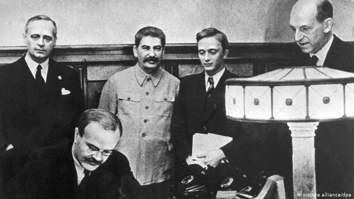 C[î]rdăşia ruso-germană pentru eliminarea elitelor şi manipularea memoriei în Estul Europei – un studiu amplu de Mihaela Bărbuş, preluat de la situl În Linie Dreaptă, datat 8 februarie2021.